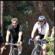 Nicolas Sarkozy et Jean font du vélo en 2010.