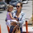 Un rien habille Jessica Alba. La maman toujours lookée arbore ici une veste en jean Gap, avec des lunettes de soleil Persol. Los Angeles, le 27 mai 2011.