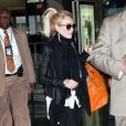 Un temps directrice artistique chez Emanuel Ungaro, Lindsay Lohan aime la mode, qui selon elle n'a pas de prix. Dans un look d'aéroport, elle arbore des mocassins léopard Topshop avec un sac Birkin d'Hermès. New York, le 6 avril 2011.