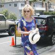 L'actrice de Mad Men et égérie de Versace January Jones semble apprécier le confort de sa longue robe fleurie Zara. Calabas, le 27 juin 2011.