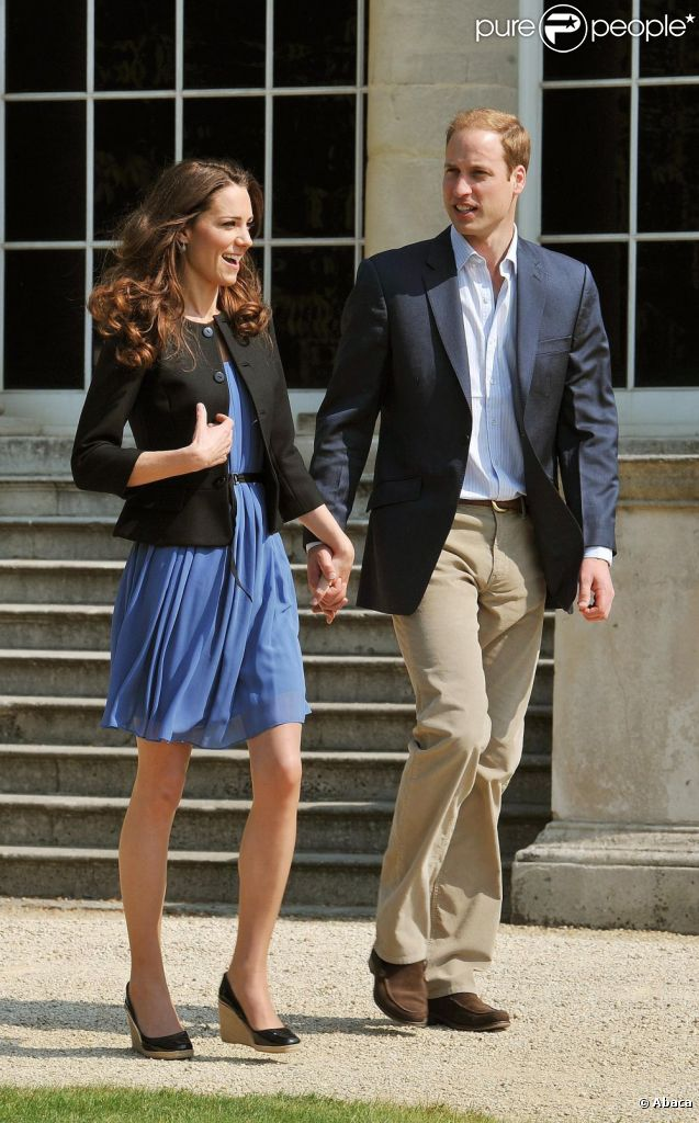 Les jeunes mariés se promènent dans les jardins de Buckingham Palace, et Kate est très à l'aise dans sa robe bleue Zara. Le 30 avril 2011.