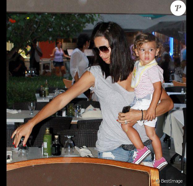 Adriana Lima dans la peau d'une nounou formidable à Miami le 3 août 2011