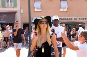 Paris Hilton se mêle à la foule, en pleine rue, à Saint-Tropez