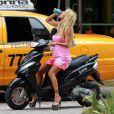 Shauna Sand se promène en scooter à Miami. Août 2011