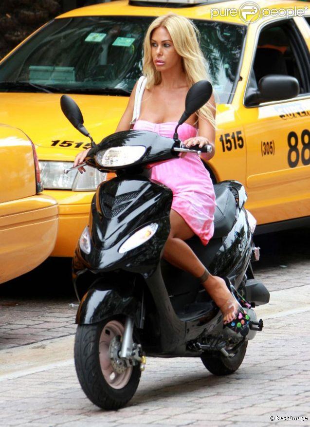 Shauna Sand en scooter dans le quartier de South Beach, à Miami. Août 2011