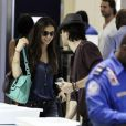 Ian Somerhalder et sa girlfriend Nina Dobrev arrivent à l'aéroport de LAX pour se rendre à Atlanta. Los Angeles, le 8 août. Le couple semble toujours aussi heureux.
