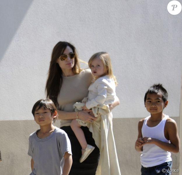 Angelina Jolie avec Vivienne dans les bras et ses fils Pax et Maddox à la Nouvelle Orléans en mars 2011