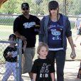 Kevin Federline et sa girlfriend Victoria Prince en compagnie des deux enfants qu'il a eu avec Britney Spears en avril 2011 à Los Angeles