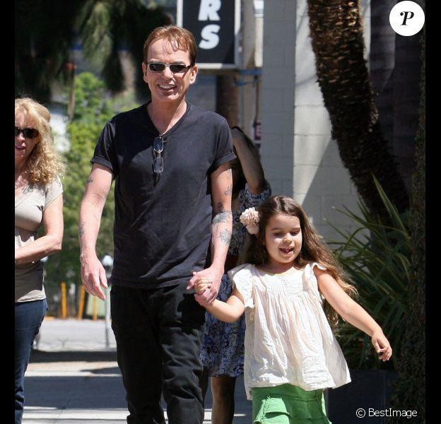 Billy Bob Thornton et sa fille Bella dans les rues de Los Angeles le 16 août 2011. La maman et petite amie de Billy Bob, Connie Angland suivait derrière.