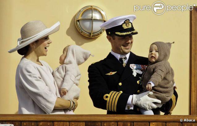 Jumeaux superstars...   Le 23 août 2011, au deuxième jour de la croisière estivale de Frederik et Mary de Danemark, leurs jumeaux, le prince Vincent et la princesse Joséphine, leur ont volé la vedette, lorsque le Dannebrog a jeté les amarres à Hanstholm.