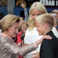 Célébration des 10 ans de mariage du prince Haakon et de la princesse Mette-Marit à Oslo, le 25 août 2011 : la reine Sonja contemple son beau petit-fils Marius, aussi grand qu'elle désormais !