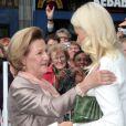 Célébration des 10 ans de mariage du prince Haakon et de la princesse Mette-Marit à Oslo, le 25 août 2011 : la reine Sonja félicite sa chère belle-fille sur le parvis de la cathédrale.