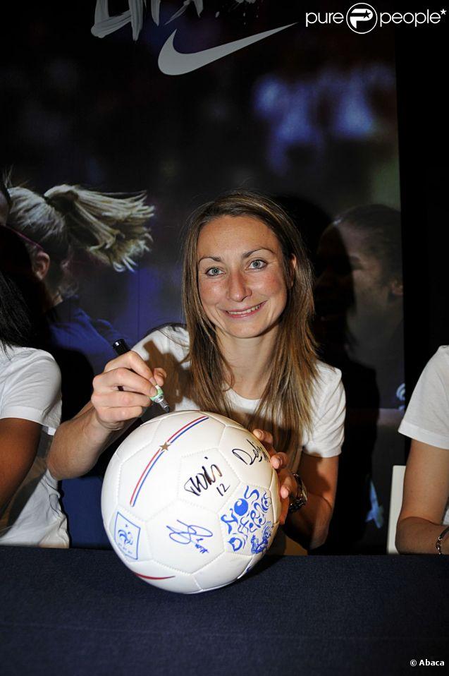 Gaëtane Thiney, attaquante vedette de l'équipe de France féminine revient sur le nouveau de statut du foot féminin en France