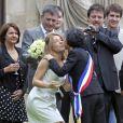 Jean-Marie Bigard et sa femme Lola Marois lors de leur mariage à la mairie du VIIe arrondissement de Paris, le 27 mai 2011.