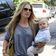 Ali Larter sort avec son fils Theodore à Los Angeles le 21 septembre 2011