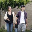 Justin Bieber et sa chérie Selena Gomez dans les rues de Los Angeles, abordés par un fan, le 16 septembre 2011