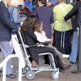 Salma Hayek et sa fille Valentina embarquent sur un fauteuil roulant pour un vol à destination de Paris. A Los Angeles, le 24 septembre 2011