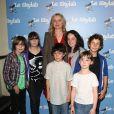 Julie Delpy entourée d'enfants-acteurs lors de l'avant-première du film Le Skylab à Paris le 27 septembre 2011