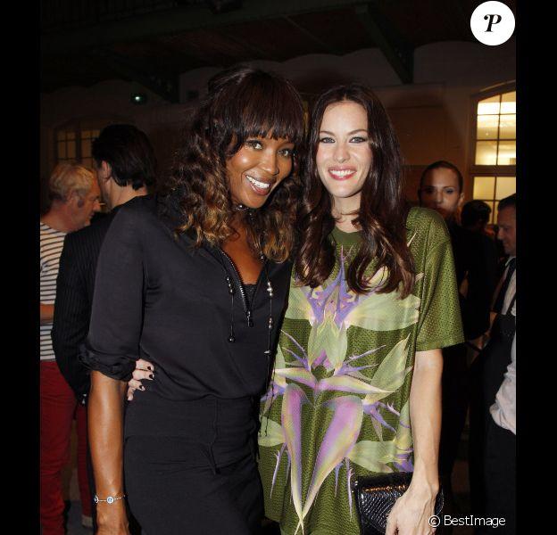 Liv Tyler et Naomi Campbell au défilé Givenchy lors de la Fashion Week parisienne le 2 octobre 2011