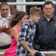 Justin Bieber et Selena Gomez décoiffés et amoureux, s'apprêtent à faire un tour en hélico au dessus de Rio de Janeiro au Brésil, le 4 octobre 2011