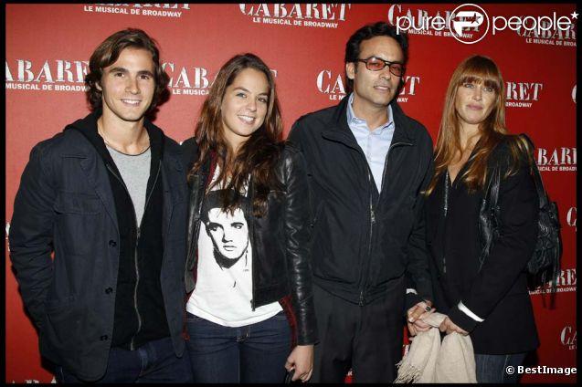 Anthony Delon, sa femme Sophie Clerico, sa demi-soeur Anouchka Delon et son compagnon Julien Dereins à la première de Cabaret au Théâtre de Marigny à Paris, le 6 octobre 2011.