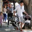 Jessica Alba et Cash Warren présentent enfin leur petite Haven née le 13  août 2011. Honor quant à elle est toujours en pleine forme ! Beverly  Hills, 8 octobre 2011