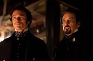 John Cusack dans le costume d'Edgar Allan Poe, face à un tueur en série