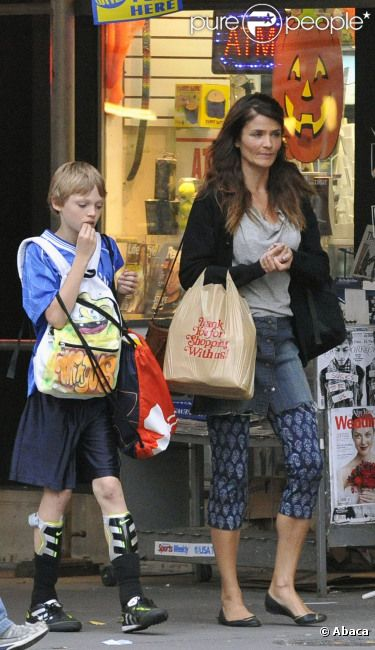 Helena Christensen et son fils Mingus Lucien le 18 octobre 2011 à New York
