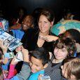 Maud Fontenoy entourée de centaines d'enfants en visite à la Villette à Paris le 20 octobre 2011
