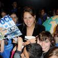 La navigatrice Maud Fontenoy a présenté son programme pédagogique entouré de centaines d'enfants à la Villette à Paris le 20 octobre 2011