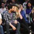 Adam Levine (photo : en avril 2011 avec sa compagne Anna Vyalitsina à un match des Lakers), malgré ses activités en télé, a flingué Fox News.
