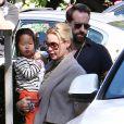 Katherine Heigl, Josh Kelley et leur fille Naleigh reviennent d'une balade en famille à Los Feliz, le 23 octobre 2011