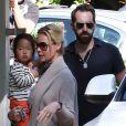 Toute la famille au complet : Katherine Heigl, Josh Kelley et leur fille Naleigh à Los Feliz, le 23 octobre 2011