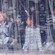 Angelina Jolie emmène ses enfants faire du patinage à Budapest en Hongrie le 30 octobre 2011 : elle est avec ses filles aînées Zahara et Shiloh