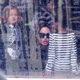 Angelina Jolie emmène ses enfants faire du patinage à Budapest en Hongrie le 30 octobre 2011 : elle est avec ses filles aînées Zahara et Shiloh et leur attache les patins