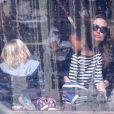 Angelina Jolie emmène ses enfants faire du patinage à Budapest en Hongrie le 30 octobre 2011 : elle est avec ses filles aînées Zahara et Shiloh, qu'elle prépare pour aller sur la glace