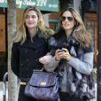 Le top Alessandra Ambrosio cède à la tendance fourrure lors d'une aprés-midi shopping dans les rues de New York. Le 28 octobre 2011.