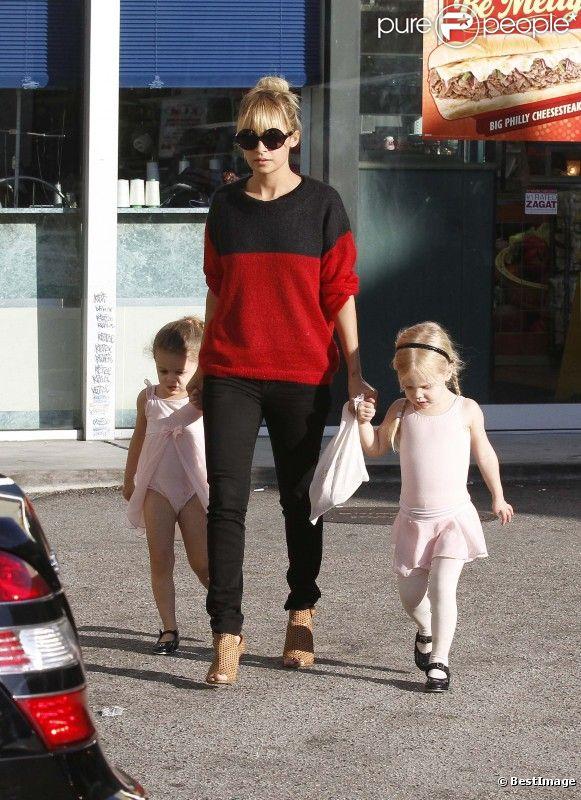 Nicole Richie, encore parfaite dans son rôle de  fashion mom , est partie récupérer sa fille Harlow et une de ses amies à leur cours de danse. Los Angeles, le 2 novembre 2011.