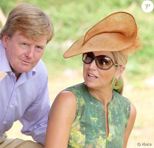 Le prince Willem-Alexander et sa femme la princesse Maxima, qui ponctuait son défilé de couleurs de vert, effectuaient la dernière étape de leur périple de dix jours aux Antilles sur l'île de Saba, le 5 novembre 2011.