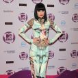 La chanteuse Jessie J s'est trompée avec sa robe Mary Katrantzou et sa paire de Doc Martens. Belfast, le 6 novembre 2011.
