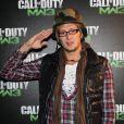 Amaury Leveaux, un salut à revoir, mais motivé ! Parmi les VIP, certains garçons n'étaient pas là pour rigoler et ont pris leur rôle très au sérieux lors de la soirée de lancement spectaculaire de  Call of Duty: Modern Warfare 3 , lundi 7 novembre 2011 au Palais de Chaillot.
