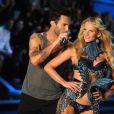 Le leader de Maroon 5 Adam Levine et sa belle, la Russe Anne Vyalitsina, sur le podium de Victoria's Secret. New York, le 9 novembre 2011.