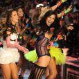 Les tops brésiliens Alessandra Ambrosio et Adriana Lima, en furie sur le podium après le live de Nicki Minaj. New York, le 9 novembre 2011.