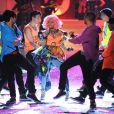 Nicki Minaj entourée de ses danseurs sur le podium de Victoria's Secret. New York, le 9 novembre 2011.