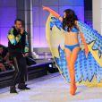 Kanye West accompagne Adriana Lima en chanson sur le podium Victoria's Secret. New York, le 9 novembre 2011.