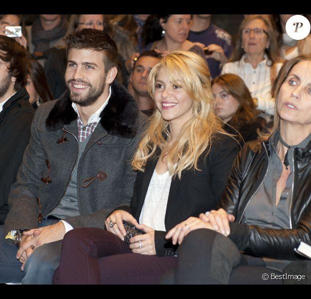Shakira et son compagnon Gerard Piqué amoureux au salon du livre à Barcelone pour soutenir la promotion du livre du père du footballeur Joan Piqué, le 17 novembre 2011