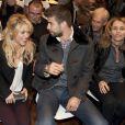Shakira et son compagnon Gerard Piqué rigolent au salon du livre à Barcelone pour soutenir la promotion du livre du père du footballeur Joan Piqué, le 17 novembre 2011