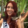 Miss Alsace n'hésite pas à s'entourer d'un serpent à Cancun au Mexique en novembre 2011
