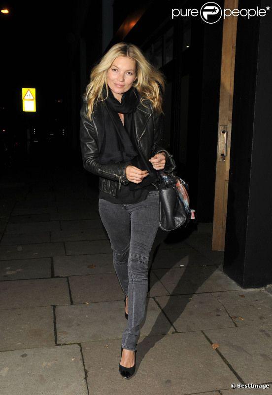 Kate Moss, lookée par ses basiques indémodables, règne en maître absolu sur Londres. Le 23 novembre 2011.