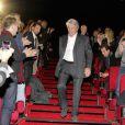 Alain Delon arrive dans la salle du Pathé de Boulogne-Billancourt, le vendredi 25 novembre 2011.